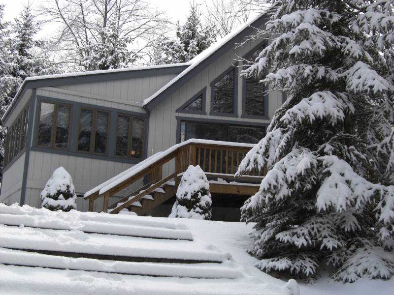 Arrowhead Lakes Waterfront Chalet Located on Beautiful Trout Creek
